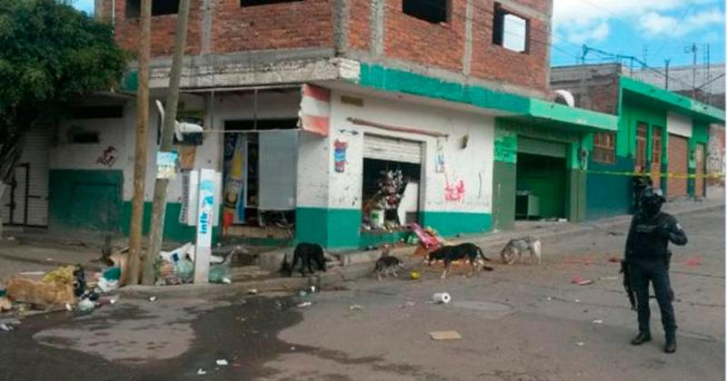 Sujetos lanzan artefactos explosivos contra negocios en Guanajuato
