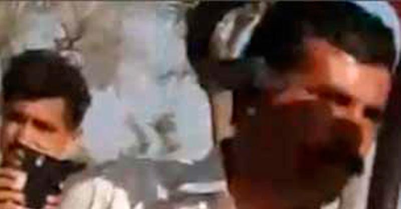 Turista posa junto a una cobra y recibe 'beso de la muerte'