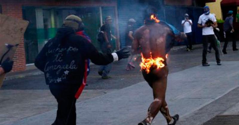 Grupos violentos queman a joven tras protesta opositora en Venezuela