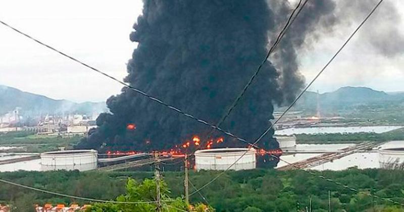 Aparatoso incendio se apodera de refinería en Salina Cruz, Oaxaca