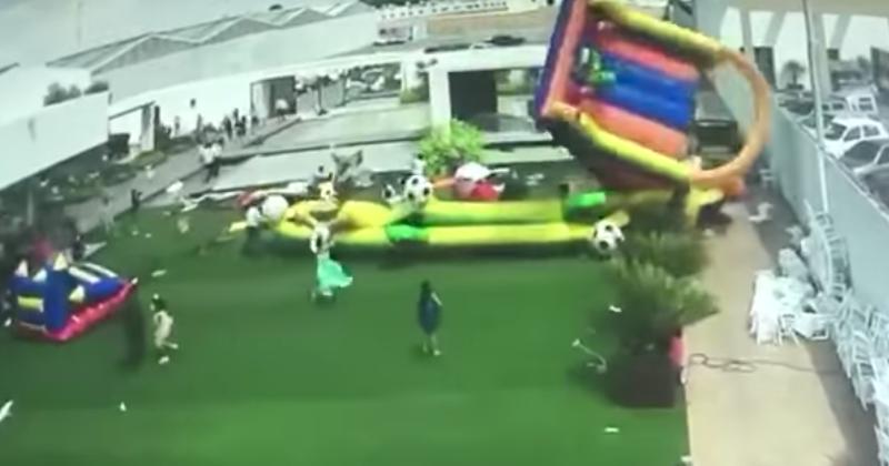 4 niños lesionados cuando inflables salen volando por los fuertes vientos