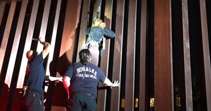 Mujer Queda Colgada del Muro Fronterizo Entre México y EU
