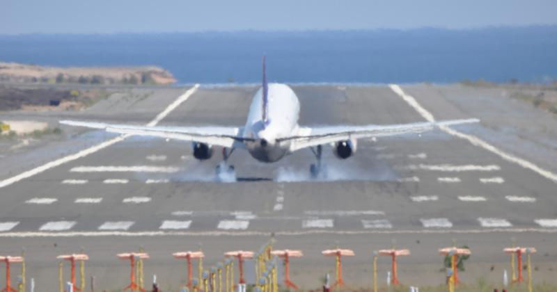 Avión regresa a tierra porque mujer olvidó a su bebé