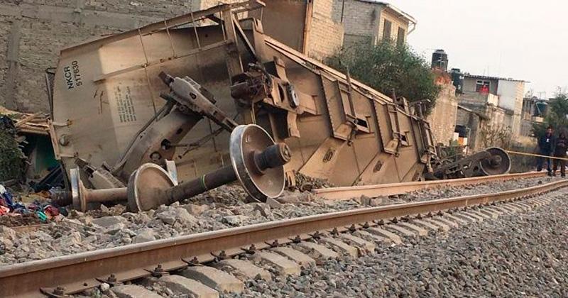 Descarrilla tren y cae sobre casa en Ecatepec, hay 5 muertos