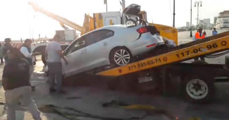 Auto cae al mar desde la Macro plaza del Malecón de Veracruz