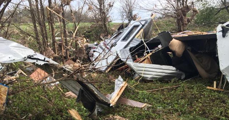 Quedaron atrapados en medio de un tornado: