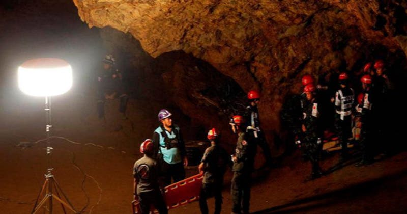 Resultado de imagen para rescate en tailandia de equipo de jovenes en cuevas