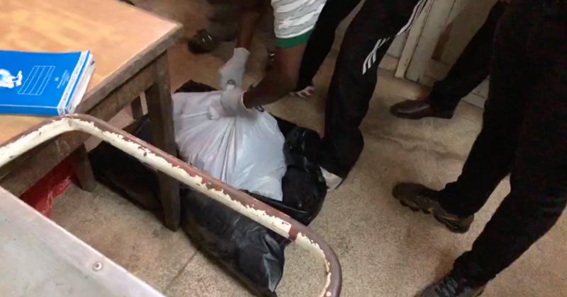 Horror en Nairobi: el gobernador encuentra 12 cadáveres de bebés en cajas