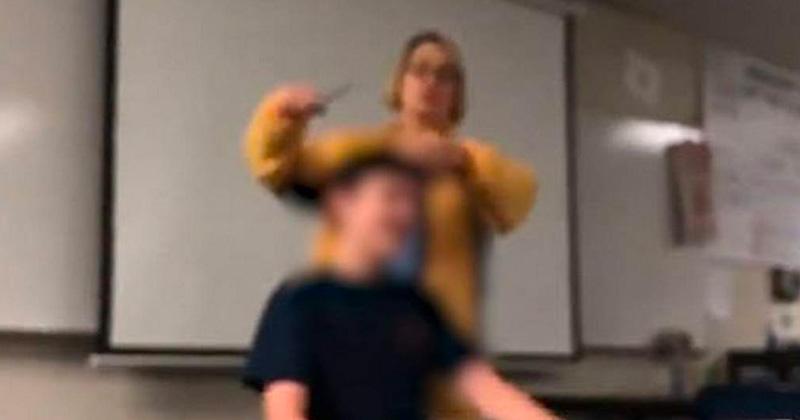 A la fuerza, maestra corta cabello a un alumno