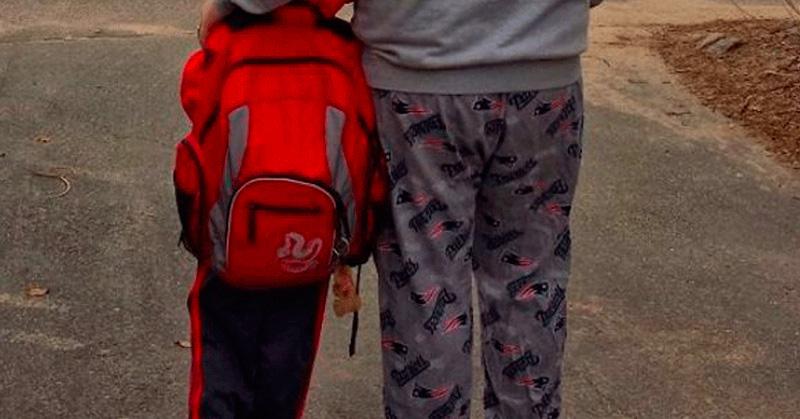 Escuela prohíbe a padres asistir en pijamas o leggins